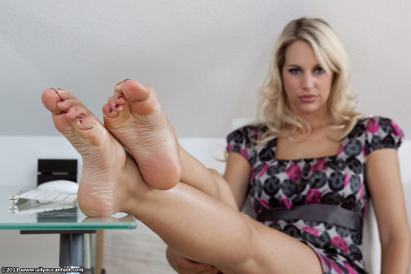 bigger preview pic from set 1003 showing Allyoucanfeet model Madeleine