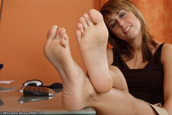 bigger preview pic from set 1087 showing Allyoucanfeet model Christiane