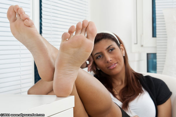 bigger preview pic from set 1112 showing Allyoucanfeet model Ciara