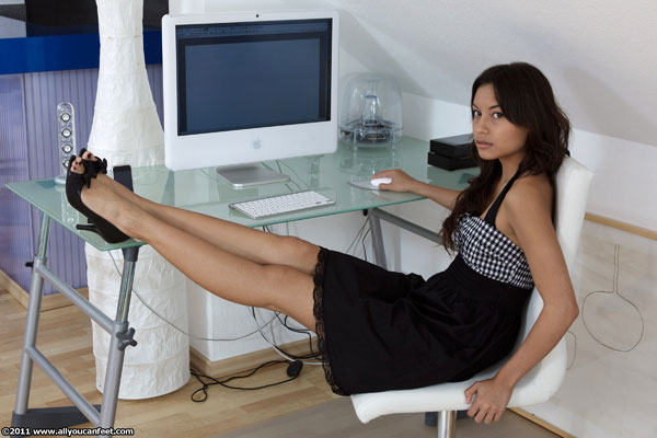 bigger preview pic from set 1114 showing Allyoucanfeet model Brini