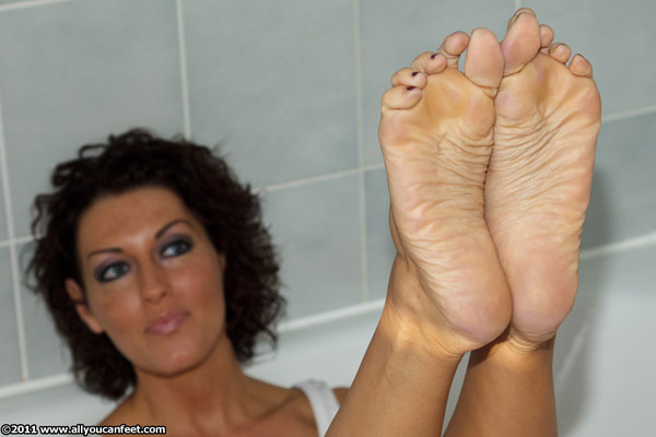 bigger preview pic from set 1136 showing Allyoucanfeet model Norma