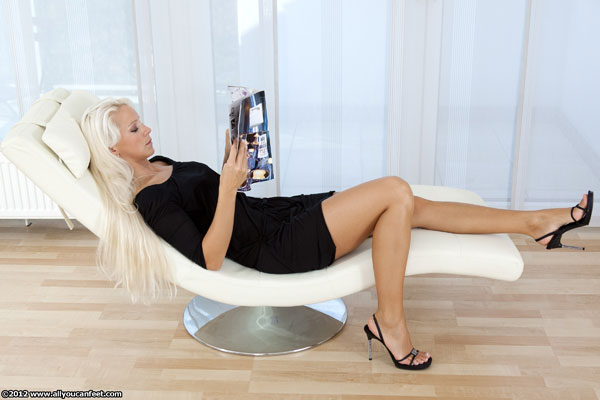 bigger preview pic from set 1160 showing Allyoucanfeet model Bonnie