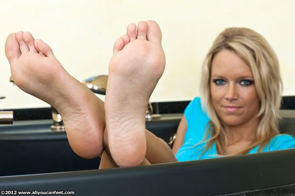 bigger preview pic from set 1243 showing Allyoucanfeet model Tina