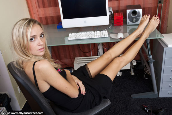 bigger preview pic from set 1246 showing Allyoucanfeet model Kati