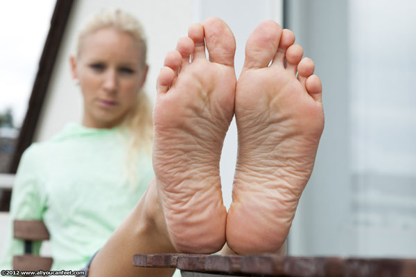 bigger preview pic from set 1261 showing Allyoucanfeet model Bonnie