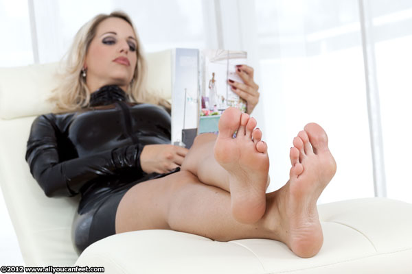 bigger preview pic from set 1333 showing Allyoucanfeet model Madeleine