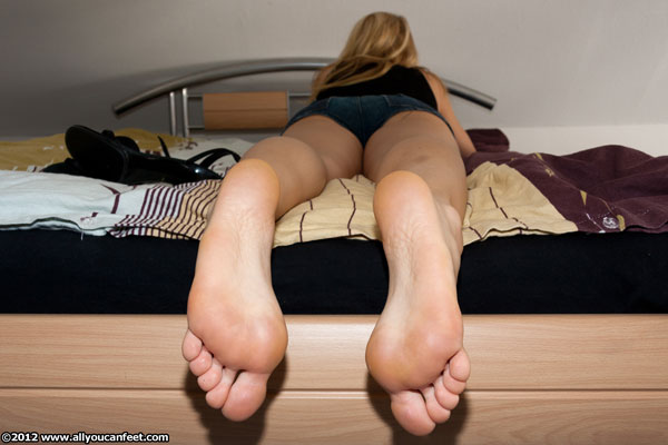bigger preview pic from set 1343 showing Allyoucanfeet model Karine