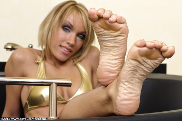 bigger preview pic from set 1392 showing Allyoucanfeet model Diana