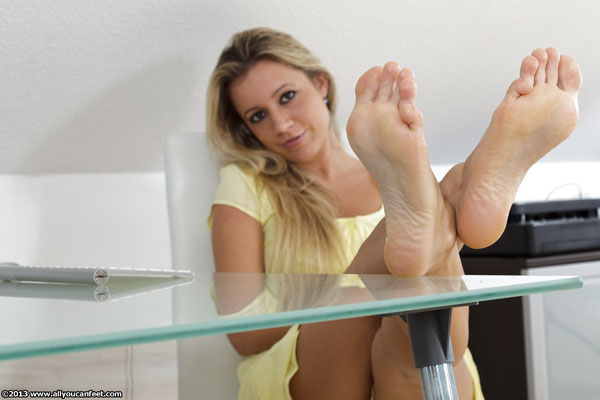 bigger preview pic from set 1407 showing Allyoucanfeet model Janine