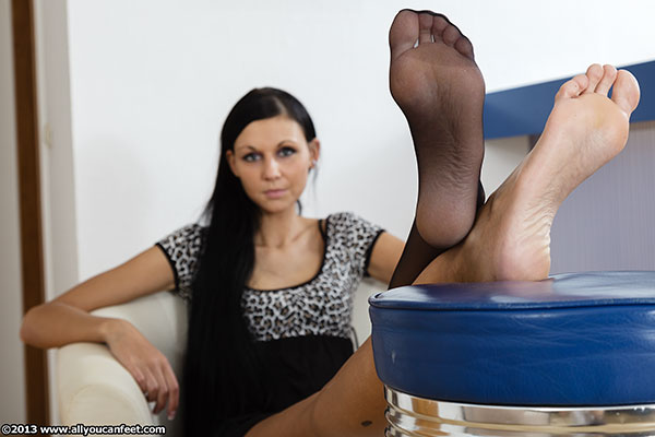 bigger preview pic from set 1432 showing Allyoucanfeet model Cora