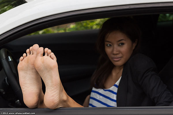 bigger preview pic from set 1462 showing Allyoucanfeet model Maxine