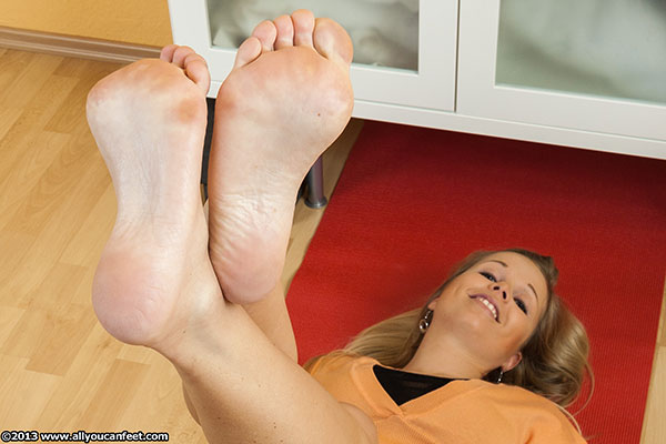 bigger preview pic from set 1493 showing Allyoucanfeet model Maya