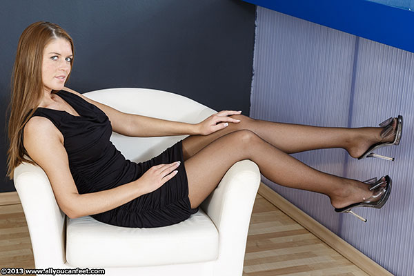 bigger preview pic from set 1502 showing Allyoucanfeet model Agnes