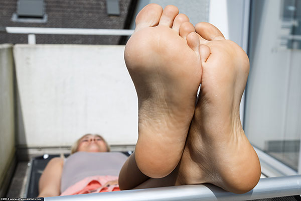 bigger preview pic from set 1505 showing Allyoucanfeet model Lia