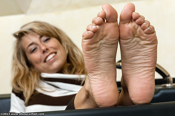 bigger preview pic from set 1520 showing Allyoucanfeet model Christiane