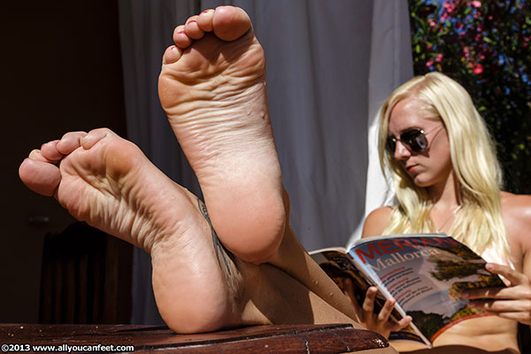 bigger preview pic from set 1579 showing Allyoucanfeet model Zoe