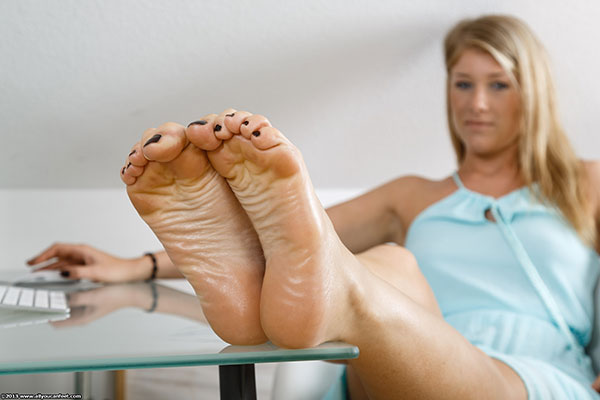 bigger preview pic from set 1585 showing Allyoucanfeet model Bianca - New Model