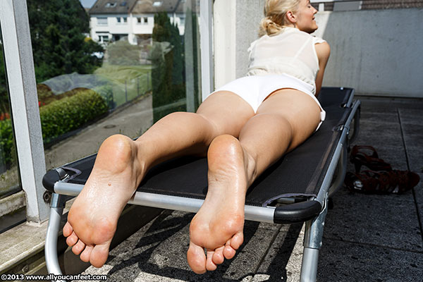 bigger preview pic from set 1586 showing Allyoucanfeet model Nicola