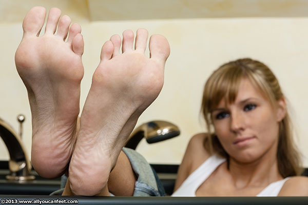 bigger preview pic from set 1600 showing Allyoucanfeet model Joyce
