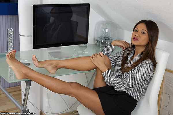 bigger preview pic from set 1612 showing Allyoucanfeet model Cataleya