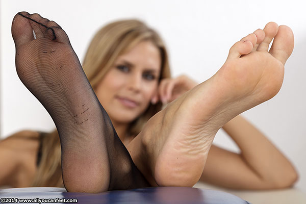 bigger preview pic from set 1663 showing Allyoucanfeet model Amira