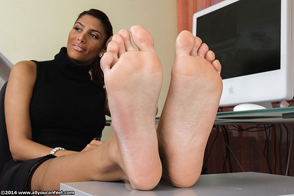 bigger preview pic from set 1705 showing Allyoucanfeet model Ciara