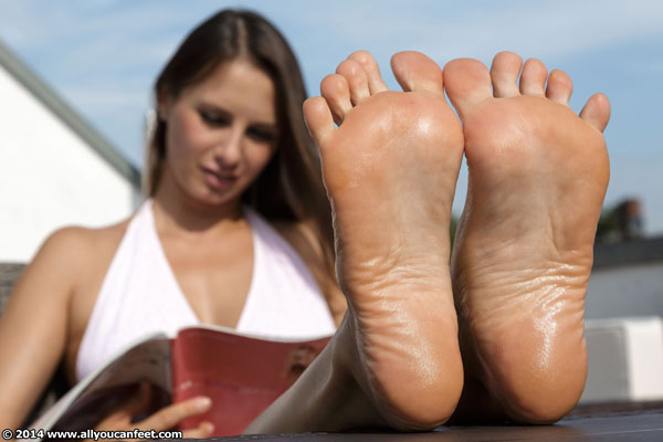 bigger preview pic from set 1735 showing Allyoucanfeet model Lola - New Model