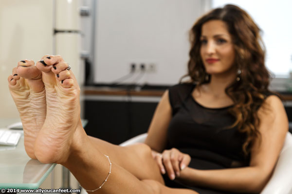 bigger preview pic from set 1797 showing Allyoucanfeet model Robyn