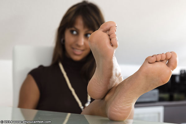 bigger preview pic from set 1859 showing Allyoucanfeet model Lina