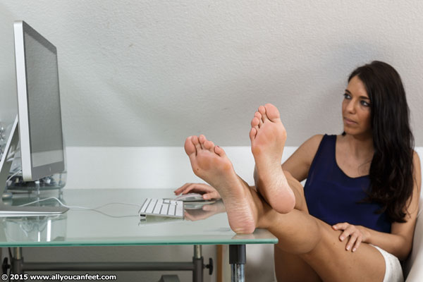 bigger preview pic from set 1973 showing Allyoucanfeet model Hannah