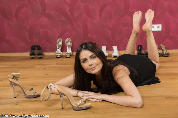 bigger preview pic from set 1998 showing Allyoucanfeet model Zara