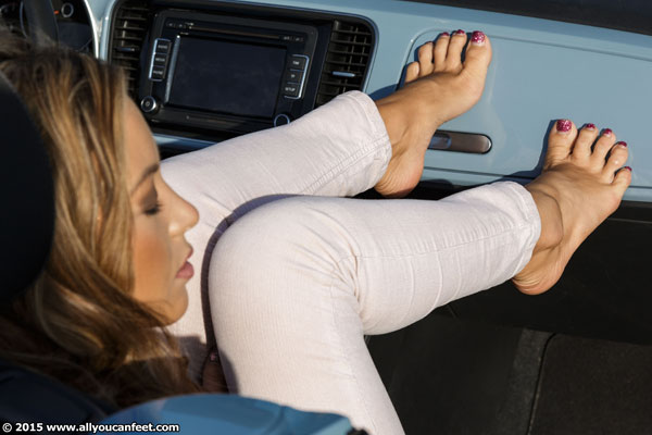 bigger preview pic from set 2022 showing Allyoucanfeet model Natalia