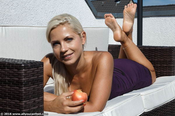 bigger preview pic from set 2056 showing Allyoucanfeet model Jenni