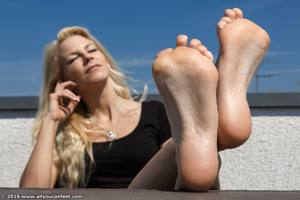 bigger preview pic from set 2079 showing Allyoucanfeet model Samantha