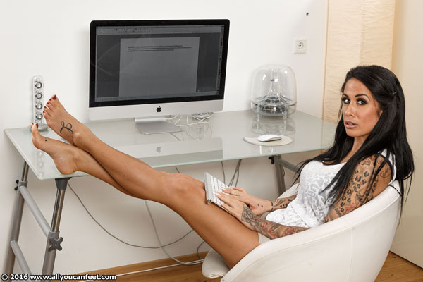 bigger preview pic from set 2083 showing Allyoucanfeet model Snooki