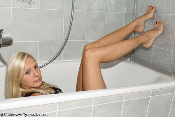 bigger preview pic from set 2085 showing Allyoucanfeet model Zoe