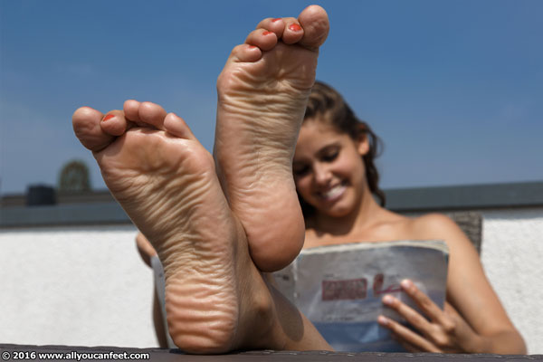 bigger preview pic from set 2097 showing Allyoucanfeet model Paula