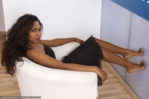 bigger preview pic from set 2108 showing Allyoucanfeet model Asmara