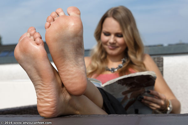 bigger preview pic from set 2109 showing Allyoucanfeet model Joan