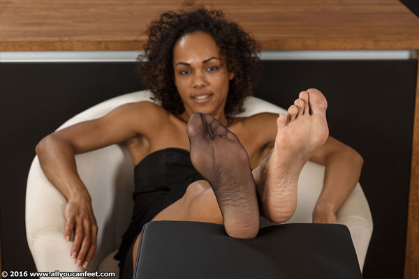 bigger preview pic from set 2125 showing Allyoucanfeet model Mara