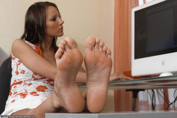 bigger preview pic from set 2129 showing Allyoucanfeet model Sandy