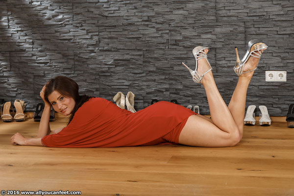 bigger preview pic from set 2130 showing Allyoucanfeet model Nelly