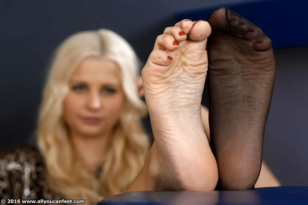 bigger preview pic from set 2137 showing Allyoucanfeet model Emmi