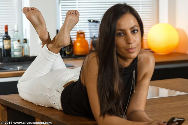 bigger preview pic from set 2144 showing Allyoucanfeet model Lina