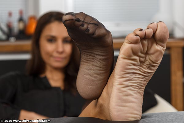 bigger preview pic from set 2151 showing Allyoucanfeet model Anetta