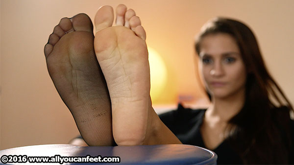 bigger preview pic from set 2153 showing Allyoucanfeet model Jolina