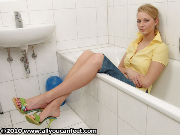 bigger preview pic from set 218 showing Allyoucanfeet model Caro