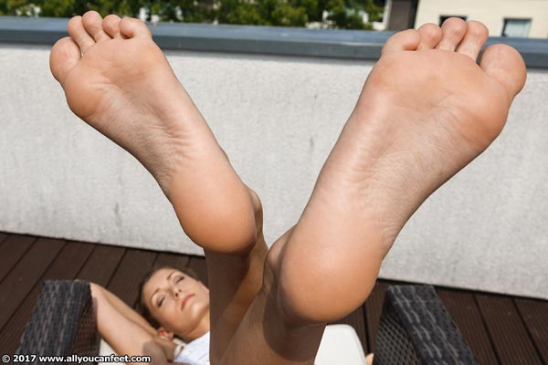 bigger preview pic from set 2197 showing Allyoucanfeet model Vivi