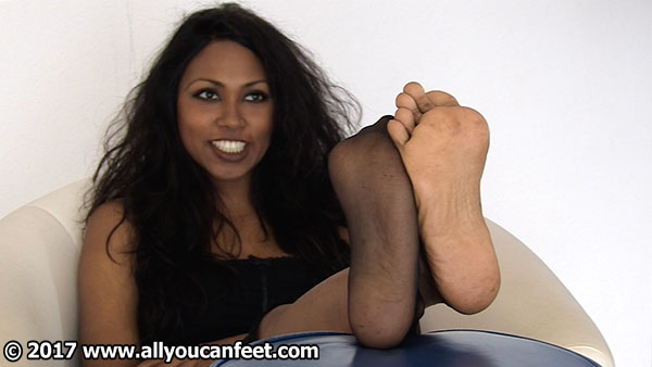 bigger preview pic from set 2207 showing Allyoucanfeet model Asmara