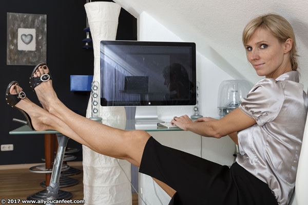 bigger preview pic from set 2222 showing Allyoucanfeet model Joyce